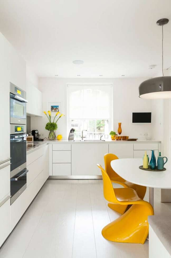 4. Cores de casas modernas para decoração de cozinha branca com cadeiras amarelas – Foto: Loft LAB