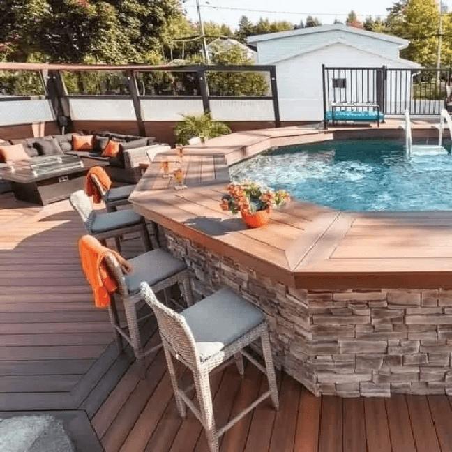 48. Quintal com piscina elevada e borda de bancada de madeira – Foto Burhani Foundation India
