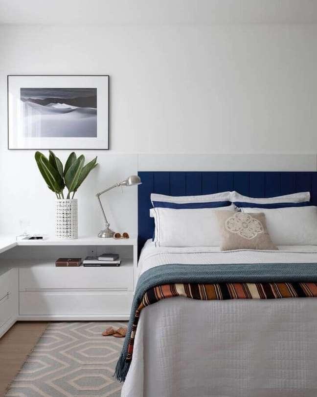 18. Cores de casas modernas decorada com cabeceira azul marinho para quarto branco – Foto: Juliana Pippi