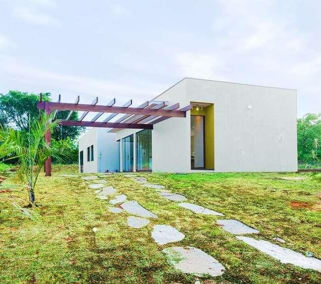86. Projeto de casa simples com pergolado de madeira. Fonte: Mateus Castilho Arquiteto
