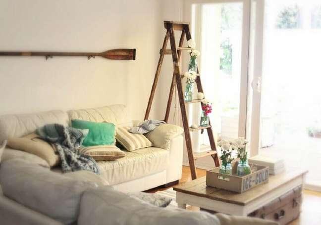 31. Delicada decoração de casas simples com escada de madeira servindo de suporte para pequenos vasos de plantas. Fonte: Home Trends Magazine
