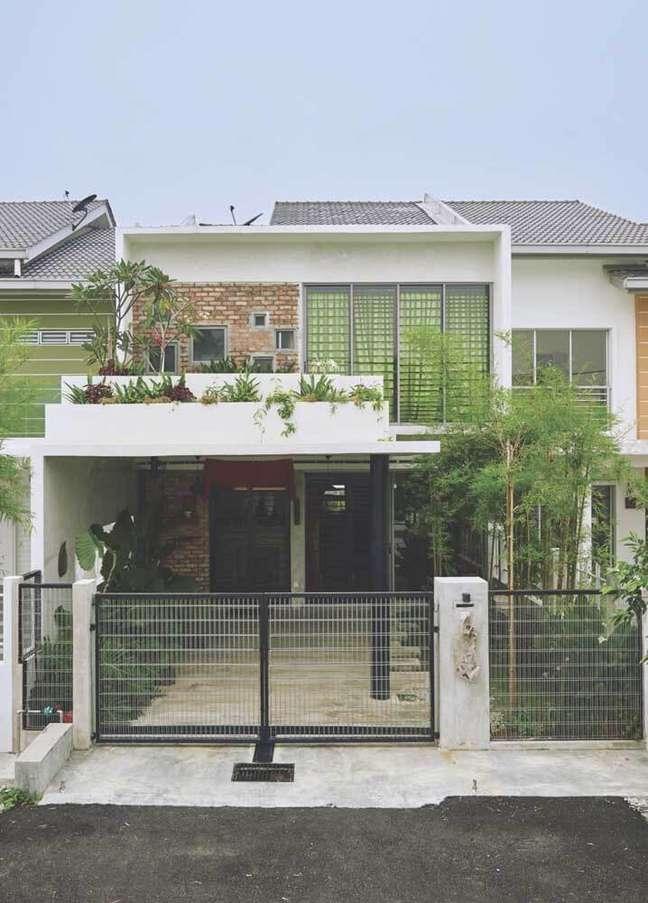 59. O jardim de entrada agrega valor para a estética da casa simples. Fonte: Decoratorist