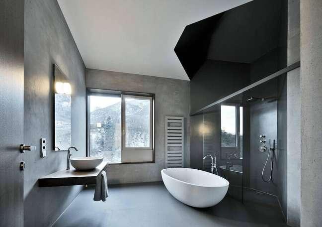 7. Cores de casas modernas para banheiro cinza decorado com banheira de imersão – Foto: Oskar da Riz Fotografie