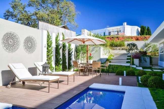 27. Decore seu quintal com o piscinas modernas e guarda sol para mesa na área gourmet – Foto Bender Arquitetura