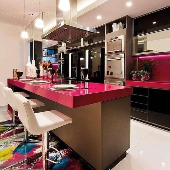 6. Cores de casas modernas para decoração de cozinha planejada preta e rosa – Foto: Alessandra Guidoni