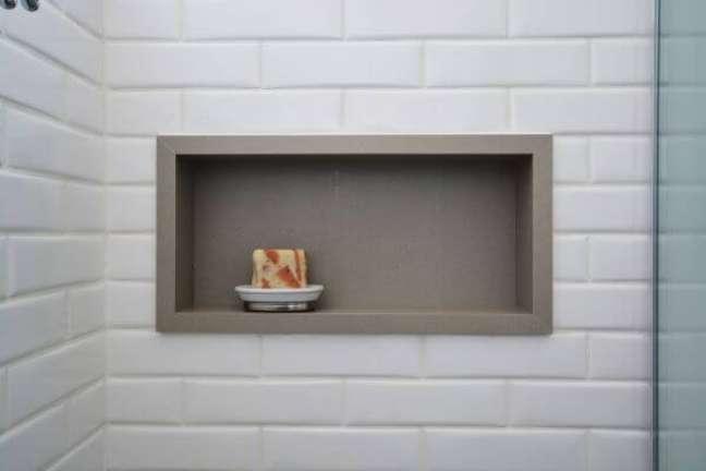 50. Banheiro branco com nicho de porcelanato bege – Foto Zark Studio Lab