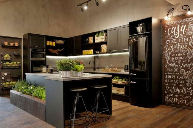 22. Cores de casas modernas decorada com parede de cimento queimado para cozinha preta – Foto: Erica Salguero