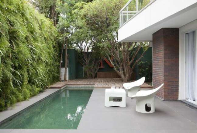 1. Deck de madeira para quintal com piscina moderna e móveis brancos – Foto Antônio Ferreira Junior e Mário Celso Bernardes
