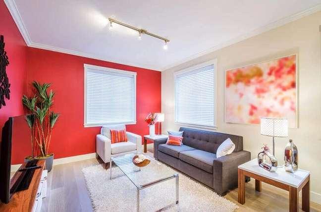 47. Casa simples e bonita com janela grande para sala. Fonte: Incredible Furniture