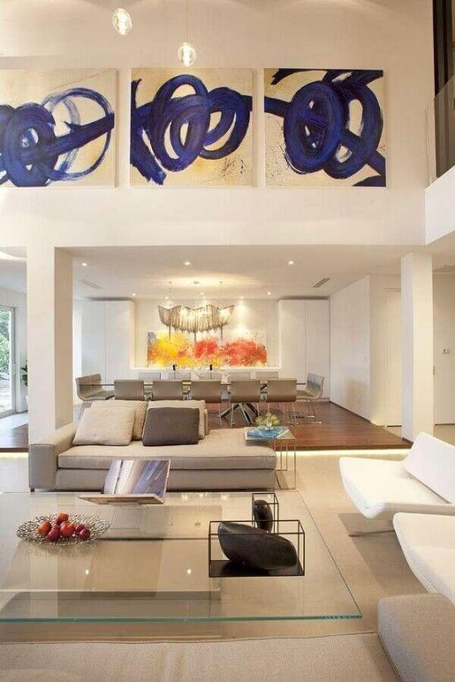 37. Cores de casas modernas para sala branca grande decorada com mesa de centro de vidro – Foto: Dkor Interiors Inc
