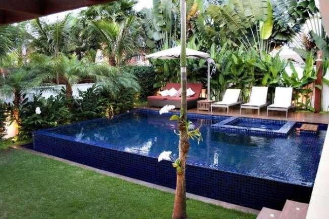 41. Quintal com piscina e chaise na área externa vermelha decorada com almofadas modernas – Foto Rawi Arquitetura e design
