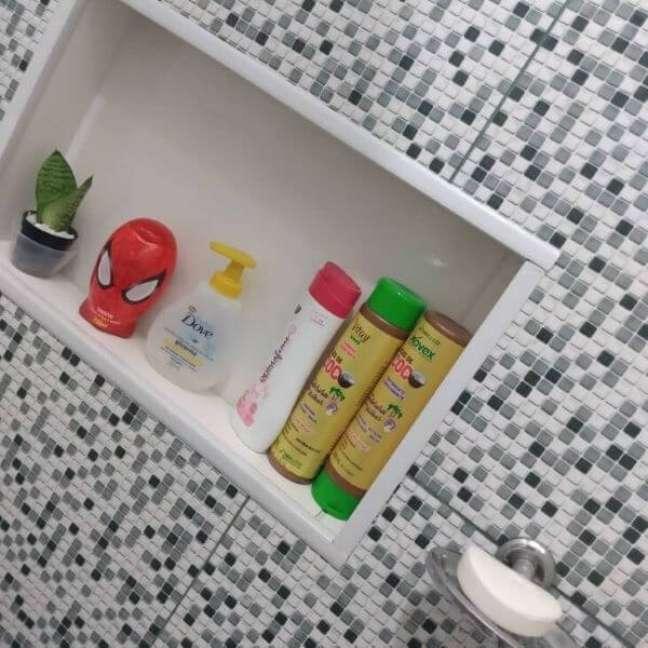 10. Banheiro com nicho de porcelanato branco e moderno – Foto Nana Roza