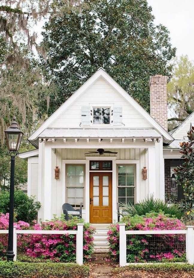 1. As flores realçam a beleza da fachada das casas simples. Fonte: Cris Schmitz