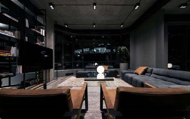 8. Cores de casas modernas decorada com sala preta com poltronas marrons – Foto: Futurist Architecture