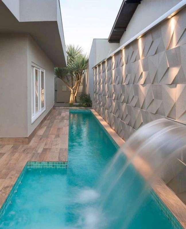 57. Revestimentos para quintal com piscinas modernas e cascata – Foto Decor Salteado