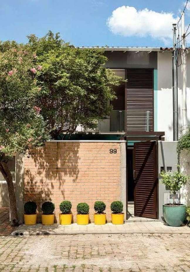 24. Frente de casas simples com mura de tijolo à vista. Fonte: Tudo Construção