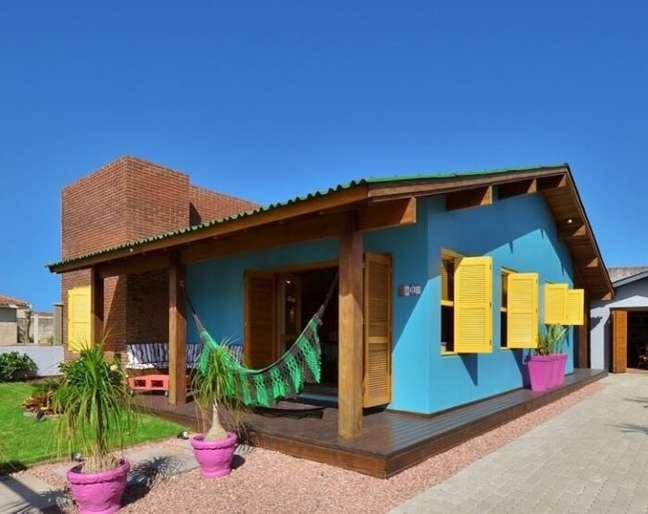 13. As cores de tinta trazem vida para a fachada da casa simples. Fonte: Arquitetando Ideias