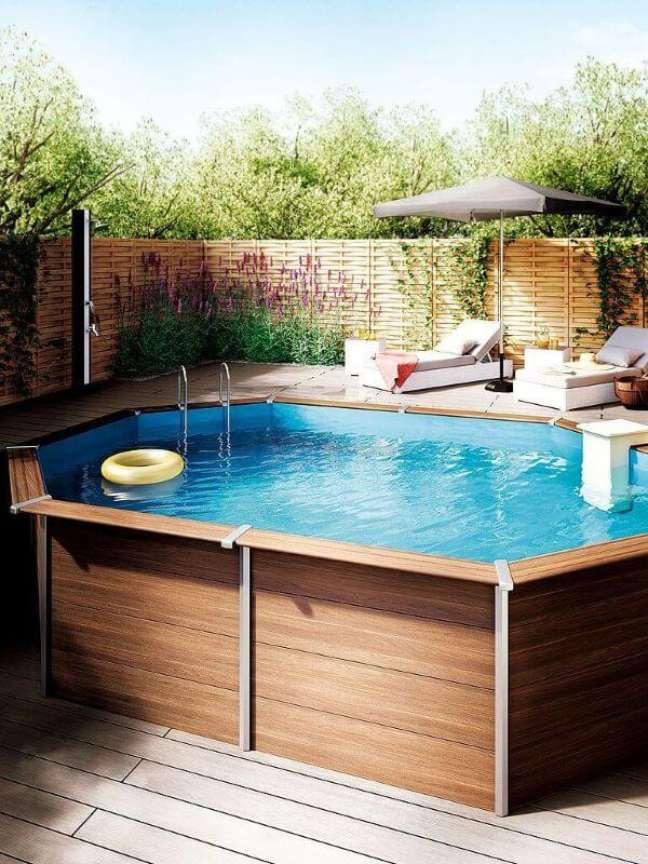 8. Quintal com piscina de pallet elevada e espreguiçadeiras confortáveis – Foto Decor Facil
