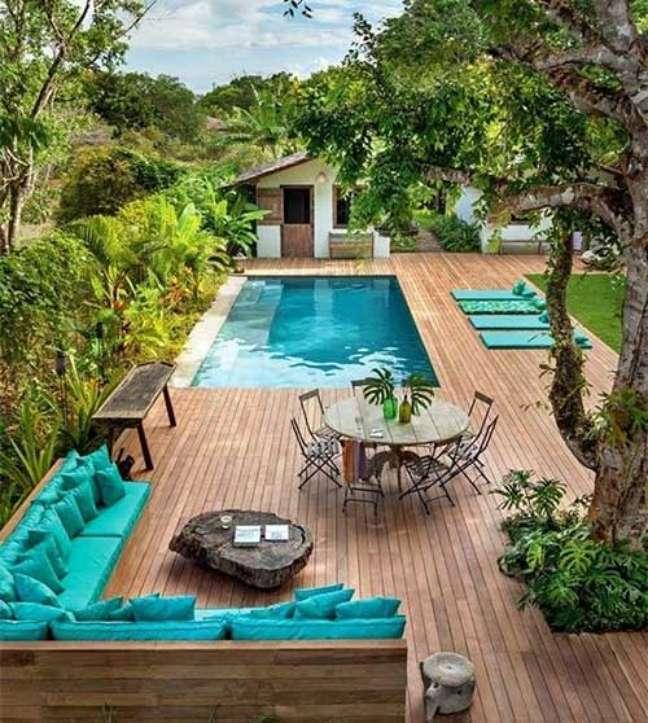 7. Quintal grande com piscina e deck de madeira – Foto Onlaon