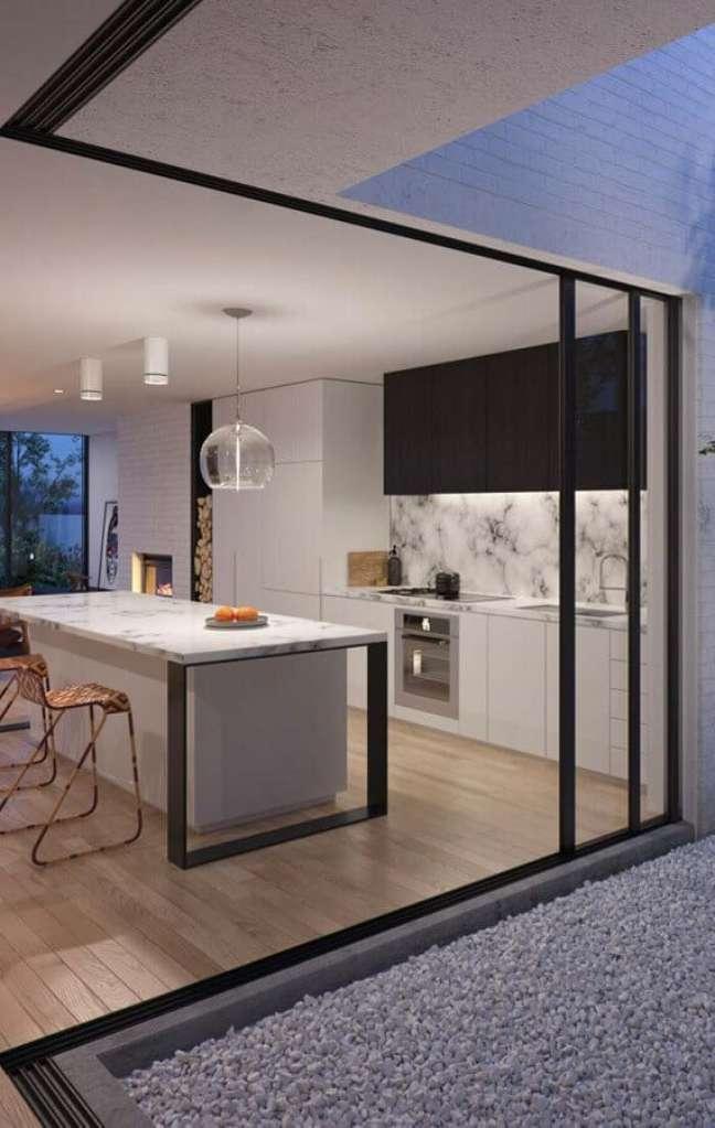 48. Cores de casas modernas planejada com cozinha preta e branca com ilha de mármore – Foto: Architizer