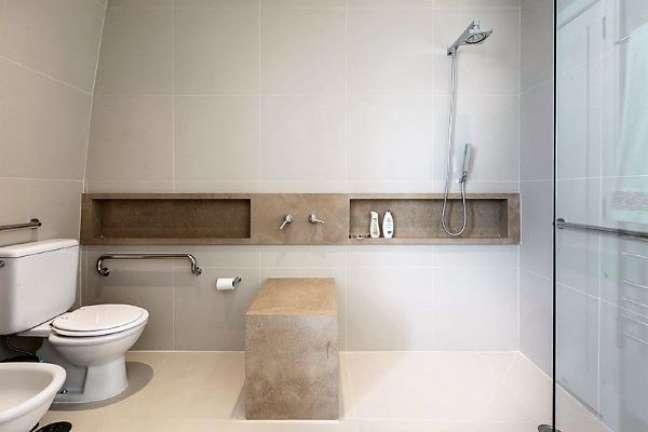 20. Banheiro moderno com nicho de porcelanato marmorizado bege – Foto Rogerio Galli