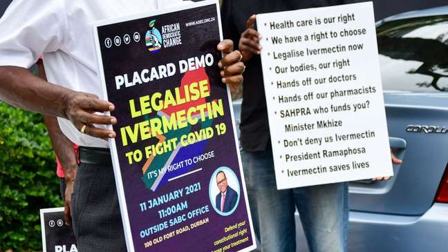Alguns sul-africanos foram às ruas para exigir que as autoridades permitissem o uso de ivermectina