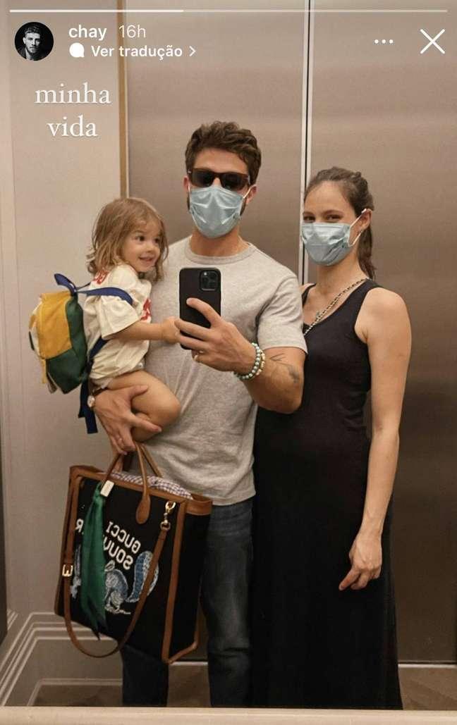 Os atores Chay Suede, Laura Neiva, que está grávida de José, e a filha mais velha do casal, Maria