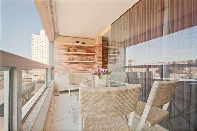 6. Decoração em cores neutras com prateleiras para varanda de apartamento – Foto: Eduarda Correa