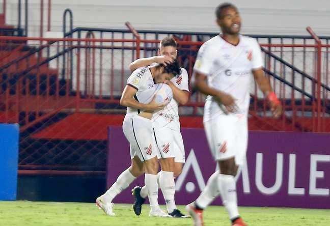 Athletico-PR bate o Atlético-GO na estreia de Valentim e se aproxima do G6