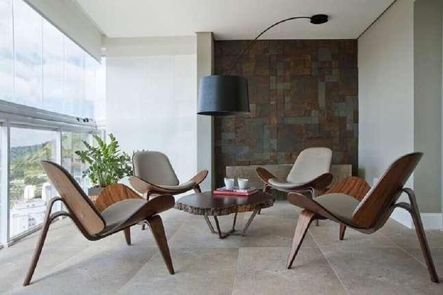 2. Decoração de varanda com mesa de centro e poltronas modernas e confortáveis – Foto: KTA Arquitetura