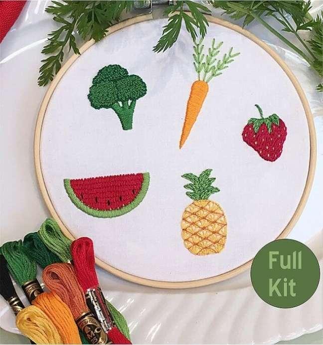 7. Frutas e legumes bordados trazem alegria para a decoração da cozinha. Fonte: Etsy