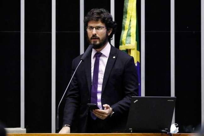 Deputado Marcelo Aro (PP-MG), relator do projeto do Auxílio Brasil, negocia fim da fila para novos beneficiários do programa social; atualmente 1 milhão de pessoas aguardam para entrar no Bolsa Família por restrição no Orçamento