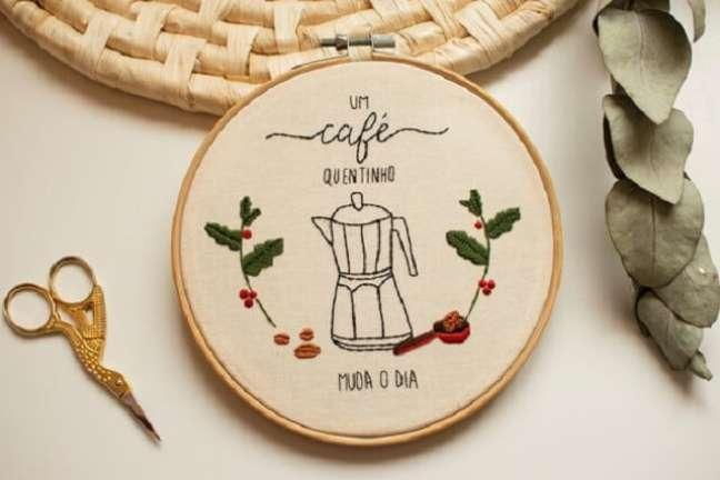 8. O cantinho do café fica ainda mais especial na presença do bastidor bordado. Fonte: Elo7