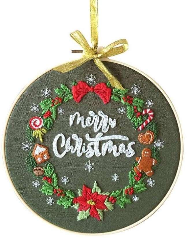 21. Decoração de natal com bastidor bordado. Fonte: Amazon