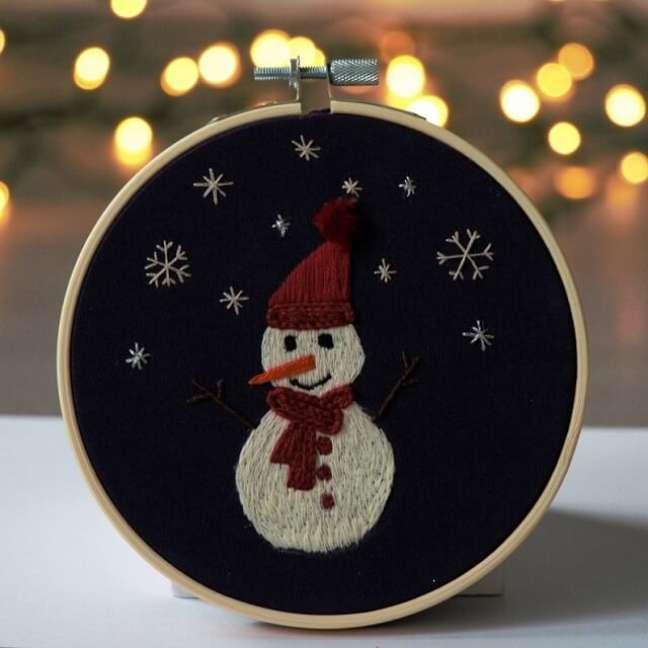 22. Crie lindos enfeites natalinos com o bastidor bordado. Fonte: Etsy