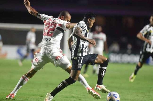 Miranda em ação no San-São (Foto: Divulgação / Santos FC)