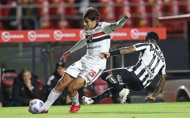 Igor Gomes jogou como lateral contra o Santos (Foto: Paulo Pinto / saopaulofc.net)