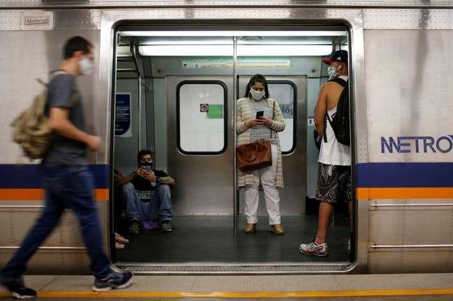 Pessoas usam máscara em metrô de Brasília 08/07/2020 REUTERS/Adriano Machado