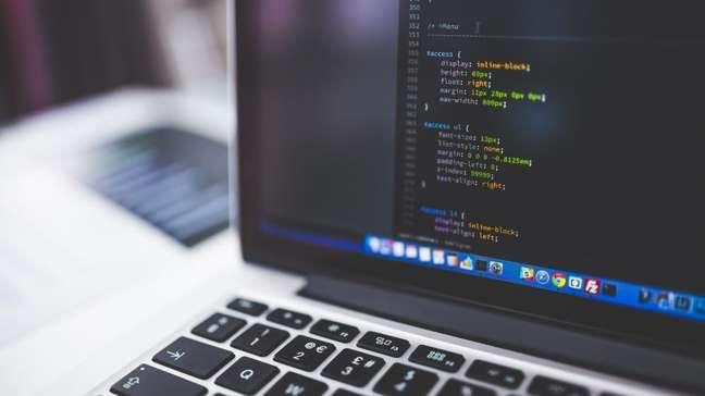 Projetos levam cursos de programação para jovens