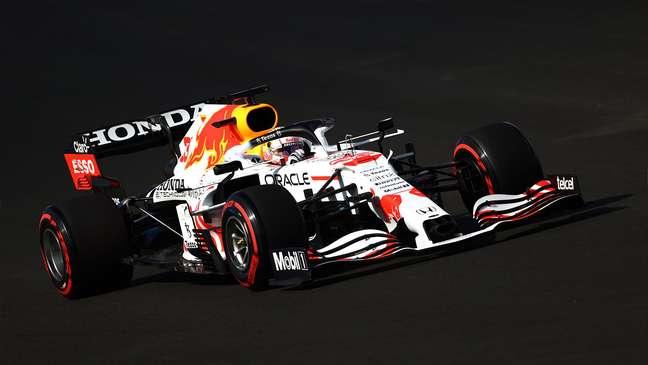 O Red Bull branco de Max Verstappen. Pintura é uma homenagem à Honda