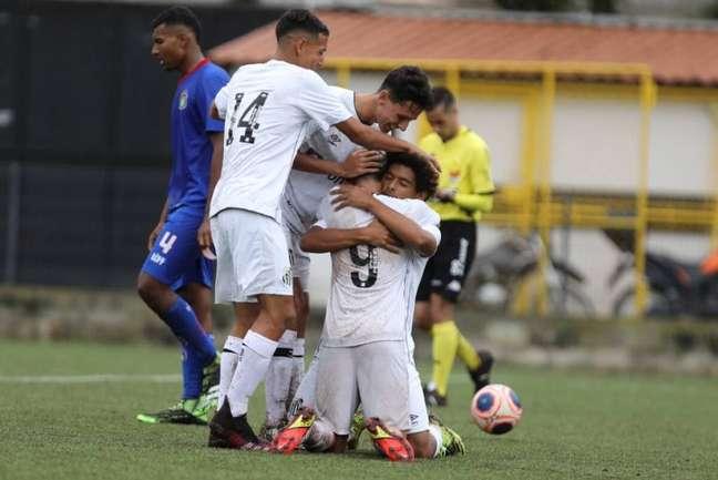 Após vitórias neste sábado, o Peixe lidera seus grupos no Paulistão sub-15 e sub-17 (Foto: Divulgação/Santos)