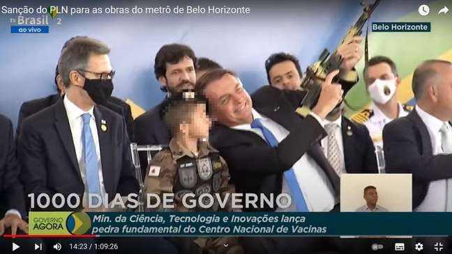 Bolsonaro chamou criança fardada e com réplica de arma para sentar ao seu lado em evento em Belo Horizonte