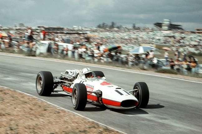 Surtees com a Honda RA273 no GP da África do Sul de 1967
