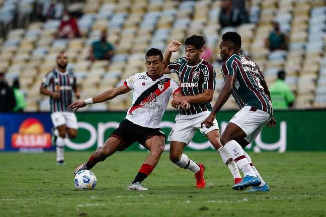 Sob vaias, Fluminense joga mal e só empata com Atlético-GO