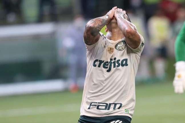 Palmeiras leva 4 do Bragantino e frustra na volta da torcida