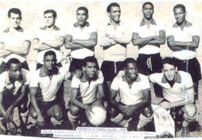 Dario (o penúltimo agachado) no América-MG em 1964. (Foto: Divulgação/Palmeiras)