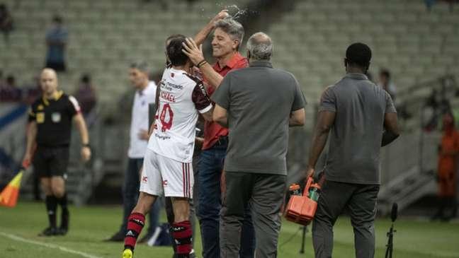 Michael comemorou um de seus gols jogando água no técnico do Fla (Foto: Alexandre Vidal / Flamengo)