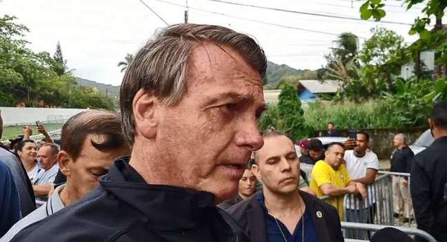 O presidente da República, Jair Bolsonaro, conversando com apoiadores em Guarujá (SP).