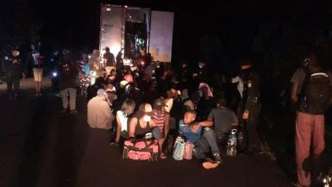 Imigrantes resgatados pela polícia da Guatemala no sábado