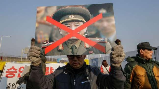 Familiares sul-coreanos das vítimas do ataque em Cheonan protestam contra vice-presidente norte-coreano Kim Yong Chol